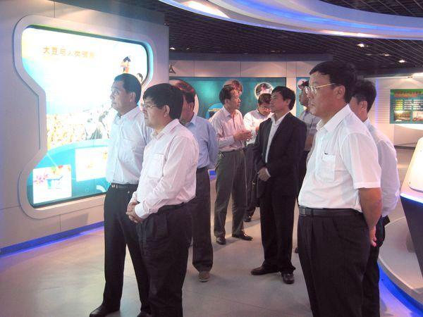 ...周连奎、总裁郭维世、党委书记郑士文等领导一并陪同参观.