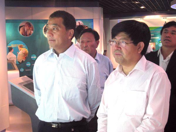 在水处理展区,公司董事长周连奎亲自向客人们介绍了公司...